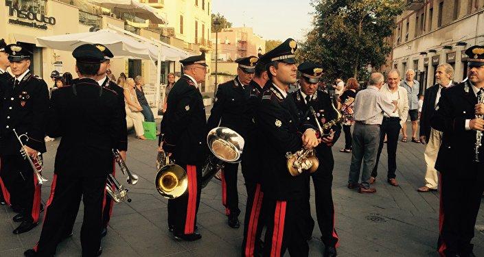 Carabinieri in attesa del concerto