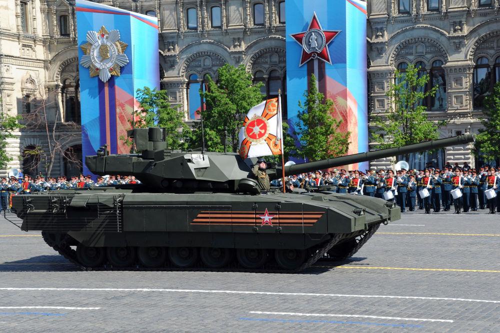 Carro armato T-14 sul piattaforma a cingoli durante la parata del 9 maggio sulla Piazza Rossa.