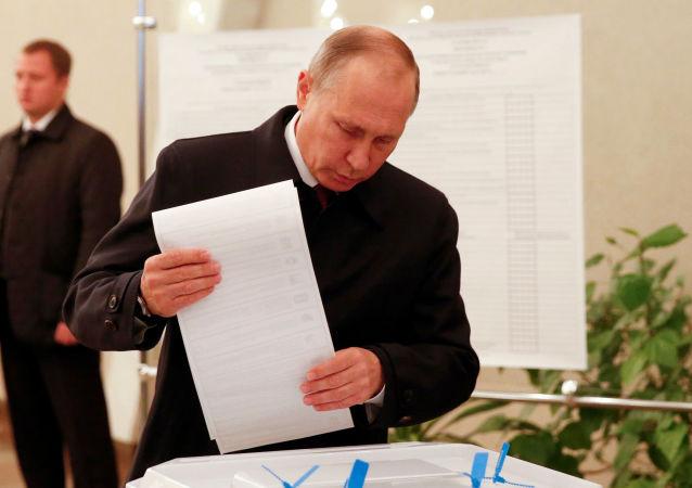 Vladimir Putin vota per la Duma