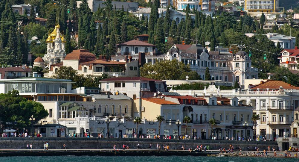La vista su Jalta dal mar Nero, Crimea.