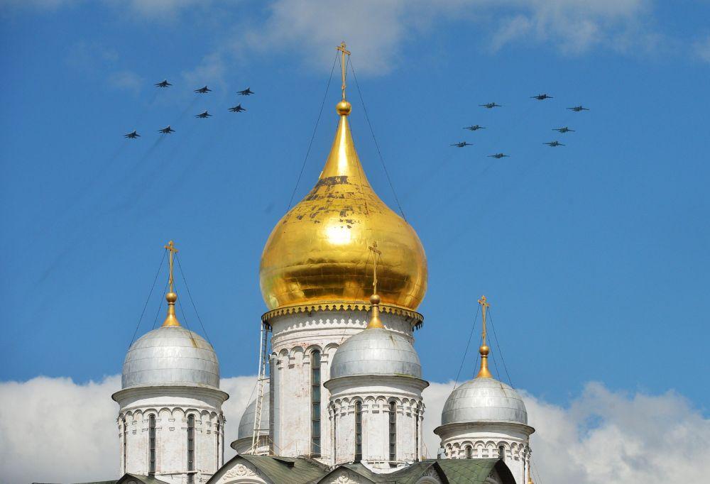 La pattuglia acrobatica dell'Aeronautica russa disegna il numero 70 nel cielo sopra la Cattedrale di Cristo Salvatore.
