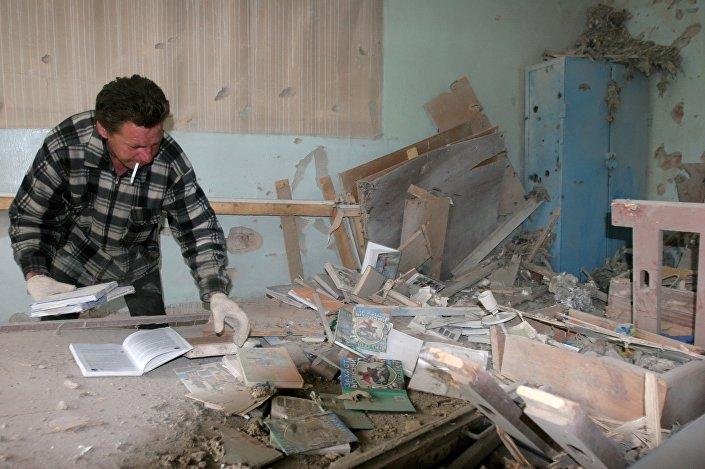 Un abitante di Donetsk nella sua casa dopo il bombardamento del 3 maggio.