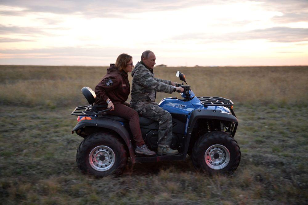 Il presidente russo Vladimir Putin e la direttrice del Centro del ripopolamento dei cavalli di Przewalski Tatiana Zharkih.