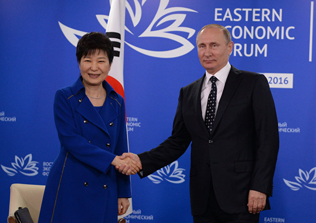 Presidente russo Vladimir Putin durante l'incontro con presidente sudcoreano Park Geun-hye nel quadro del Forum Economico Orientale