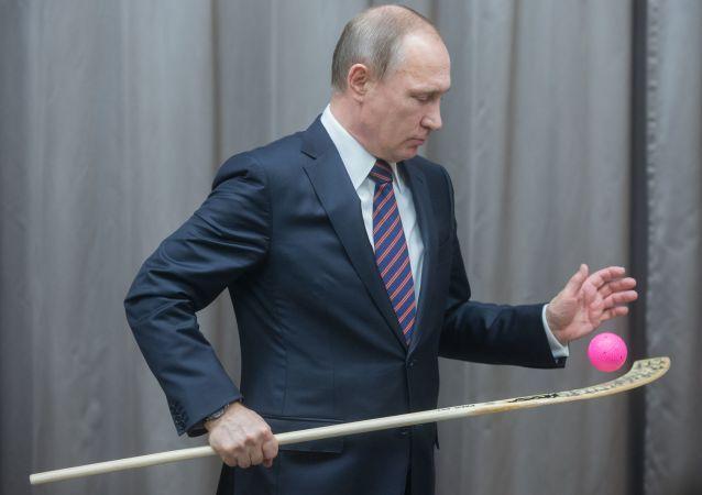 Президент России Владимир Путин во время встречи со сборной командой России по хоккею с мячом в резиденции Ново-Огарево