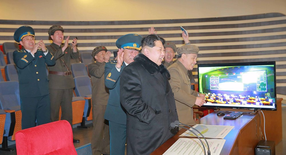 Kim Jong-un assiste ad un test missilistico (foto d'archivio)