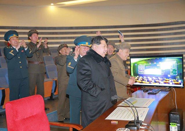 Leader nordcoreno Kim Jong-un assiste a test missilistico