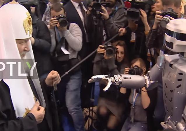 L'incontro del patriarca Kirill e il robot-android