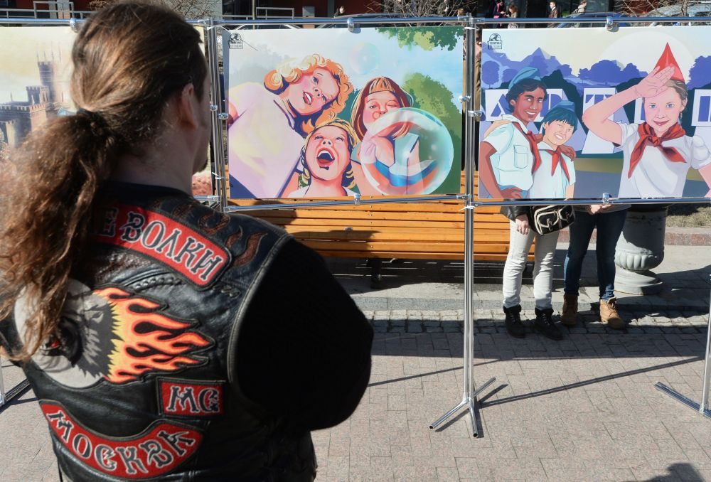 Passanti alla mostra Crimea. Ritorno alla casa madre organizzata dai Lupi Notturni.