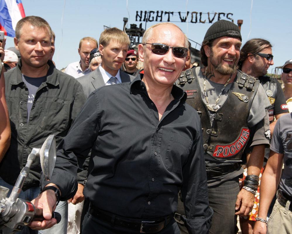 Vladimir Putin al motoraduno dei Lupi Notturni a Sebastopoli nel 2010.