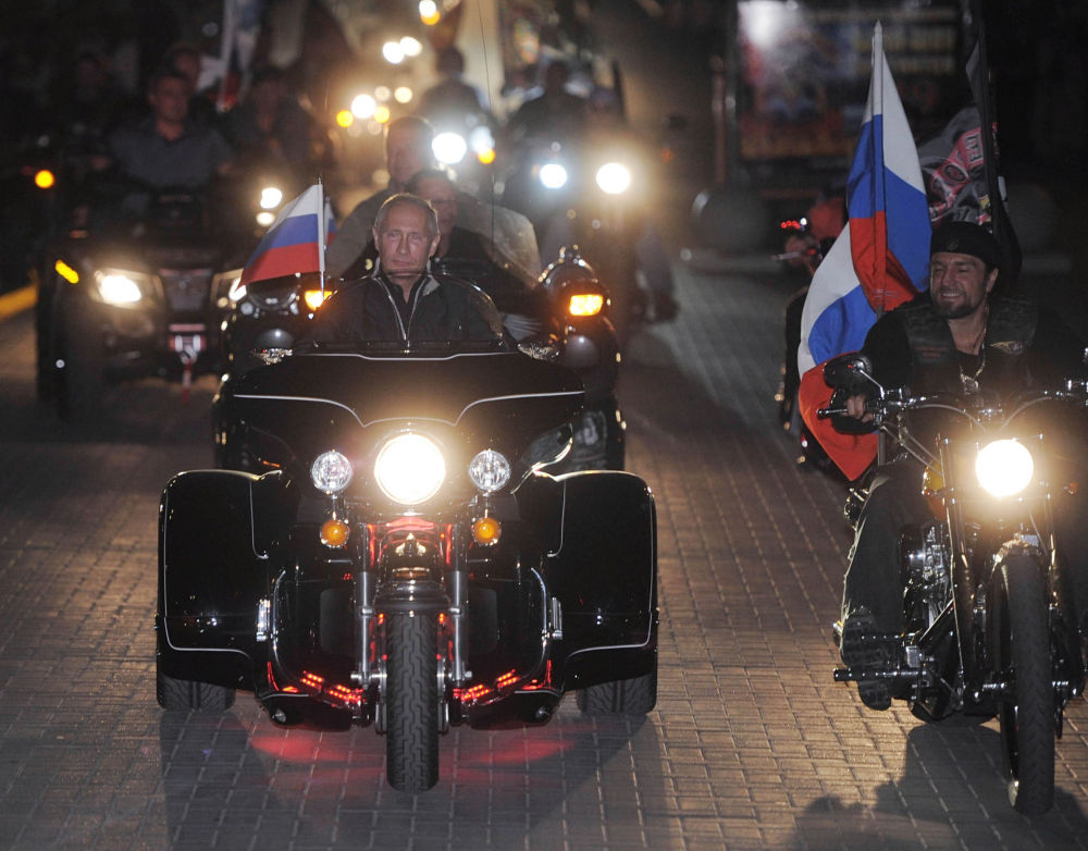 Il primo ministro russo Vladimir Putin al 16° motoraduno dei Lupi Notturni a Novorossijsk nel 2011.