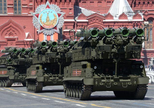 Il sistema missilistico antiaereo Buk durante la Parata della Vittoria a Mosca il 9 maggio 2015