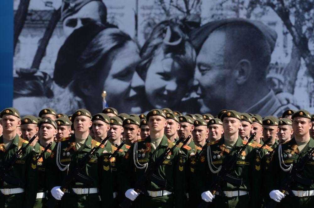 Soldati russi in uniforme solenne durante la prova generale della parata in onore del 70° anniversario della Vittoria Sovietica nella Grande Guerra Patriottica 1941-1945.