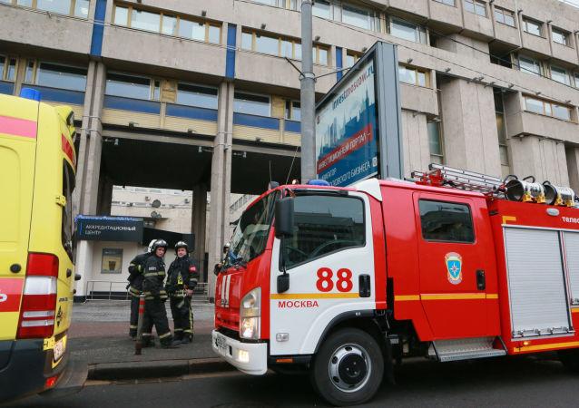 Pompieri davanti l'edificio dell'agenzia Rossiya Segodnya