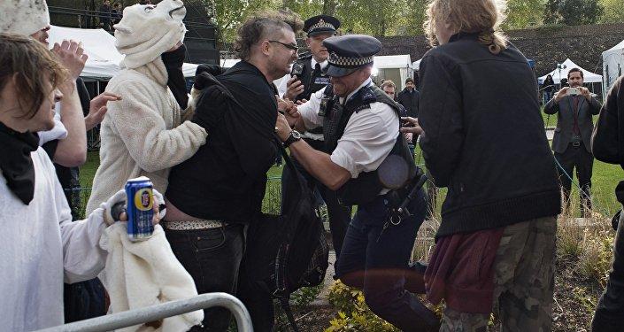 La polizia blocca un manifestante di Occupy Democracy.
