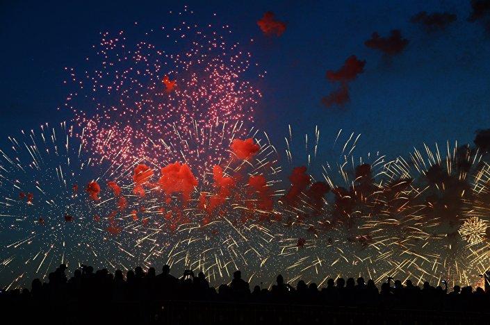 Spettacolo pirotecnico per il giorno della Vittoria a Mosca.