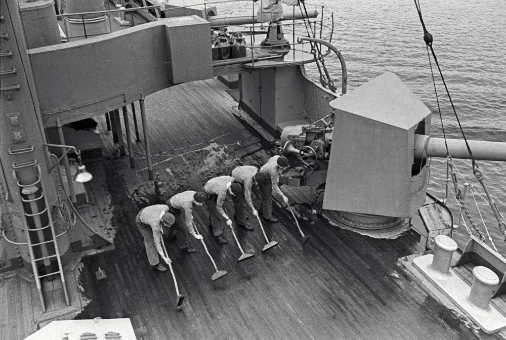 Marinai lucidano il ponte dell'incrociatore Aurora