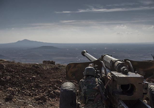 Artiglieria siriana nella provincia di Quneitra