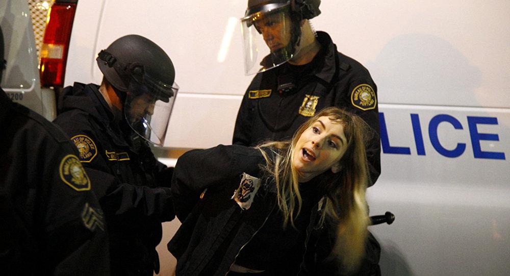 Polizia ferma un manifestante a Portland