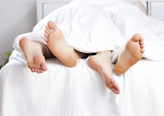 Giovane coppia a letto