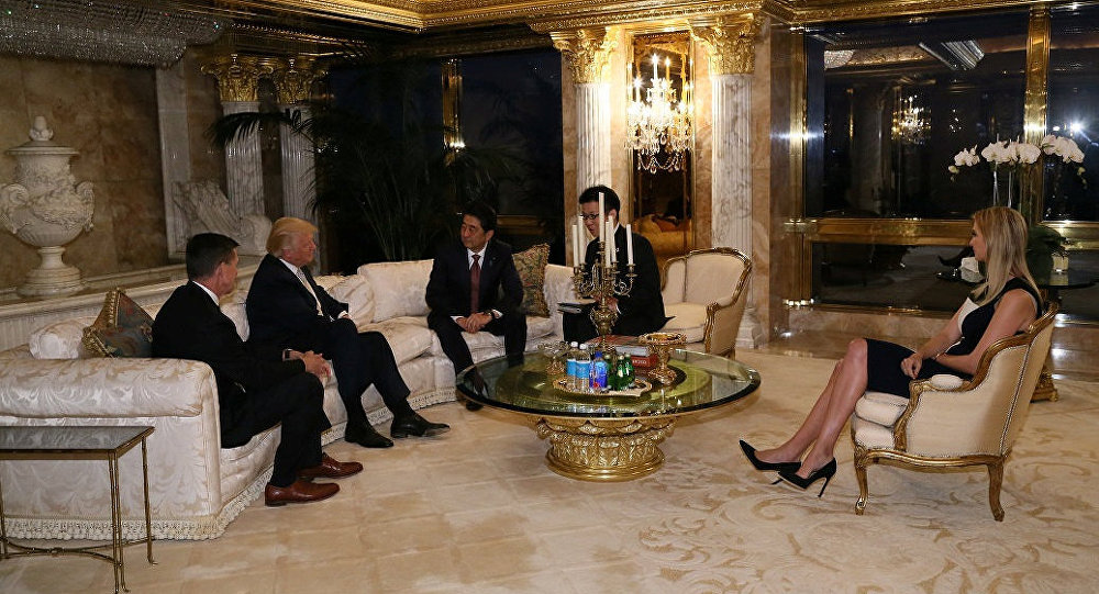 Il primo ministro nipponico Shinzo Abe incontra il neo-eletto presidente Donald Trump a Trump Tower a Manhattan, New York, USA, il 17 Novembre, 2016.