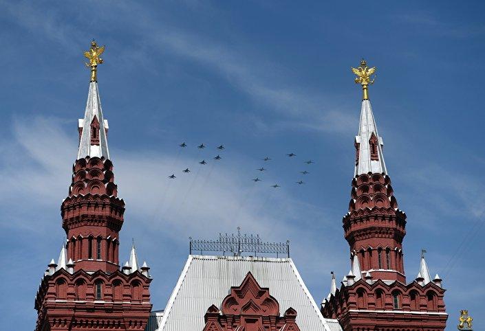 I Mig-29 ed i Sukhoi Su-25 disegnano il numero 70 nel cielo sopra la Piazza Rossa.