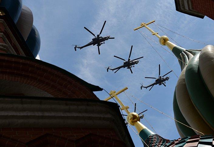 Gli elicotteri MIL Mi-28N Havoc in volo sopra la cattedrale di San Basilio.