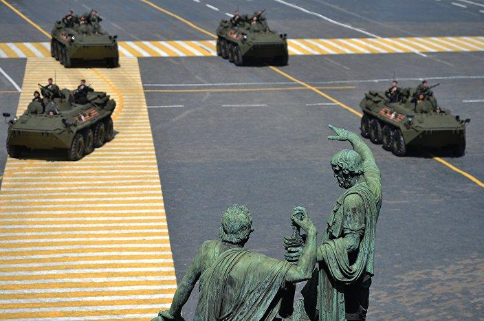 Sulla Piazza Rossa sfilano i carri armati.