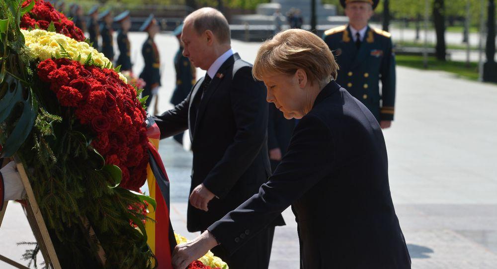 Vladimir Putin e Angela Merkel depongono corona di fiori alla Tomba del Milite ignoto