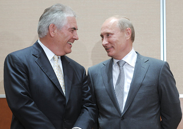 Vladimir Putin e Rex Tillerson durante firma dell'accordo strategico tra Rosneft e ExxonMobil (2011)