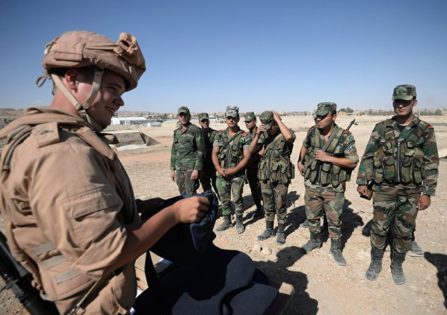 Soldato russo addestra militari siriani a Palmira
