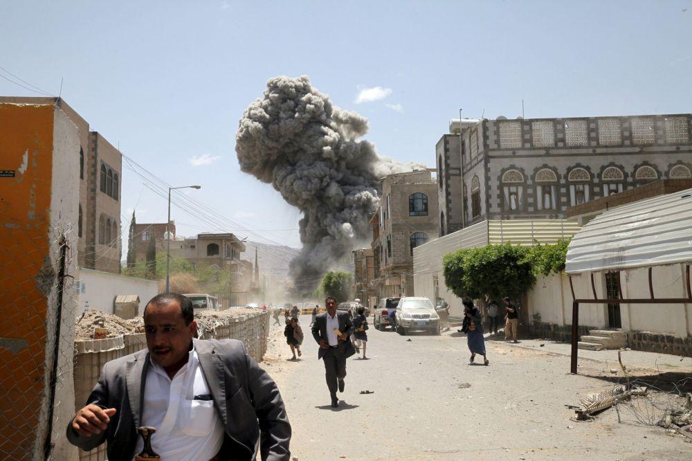Civili in strada fuggono dalle bombe.