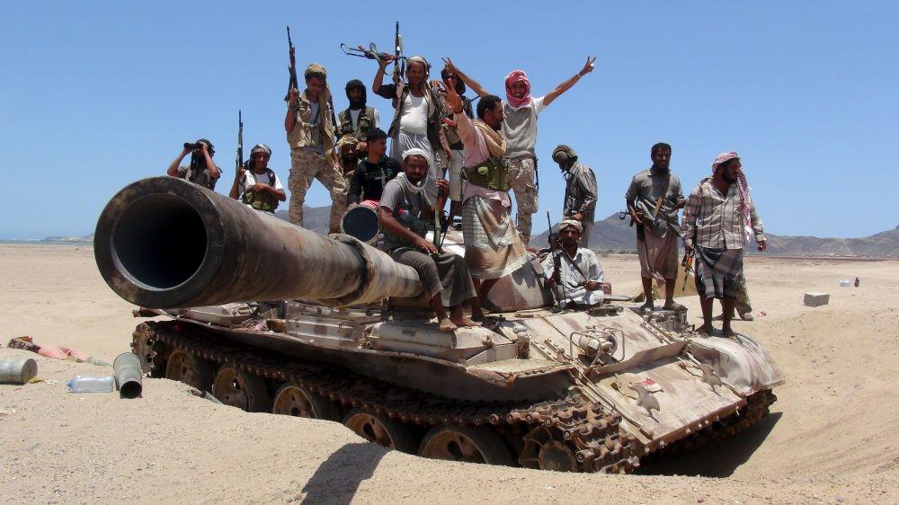 Ribelli sopra un carro armato ad Aden.
