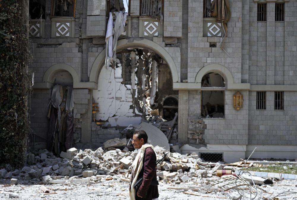 Un passante davanti alla residenza dell'ex presidente Ali Abdullah Saleh.