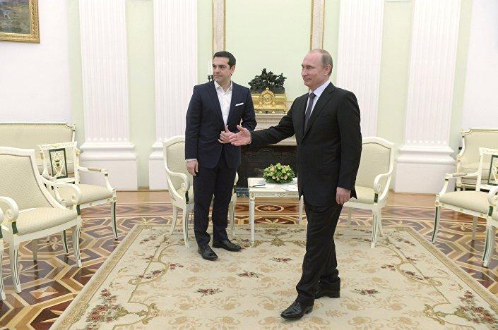 Il premier ministro greco Tsipras con Vladimir Putin.