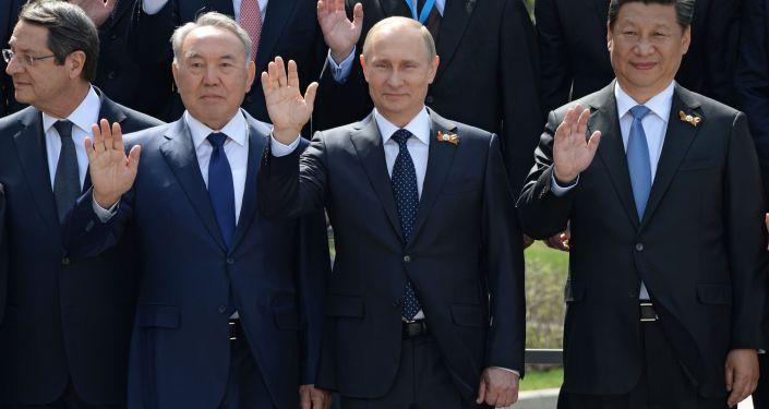 Il presidente kazako Nazarbaev insiema a Vladimir Putin il 9 maggio