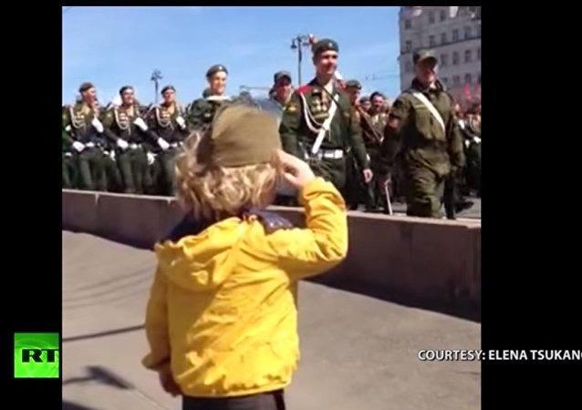 Un bimbo saluta le truppe durante la Parata della Vittoria il 9 maggio.