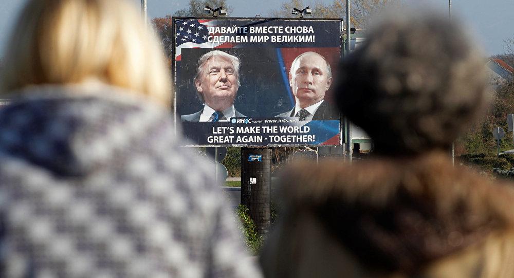 Cartellone con le foto di Putin e Trump in Montenegro