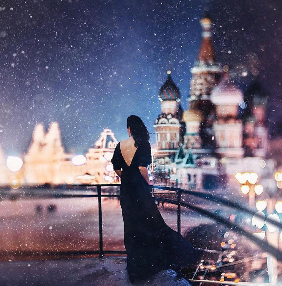 Una ragazza sullo sfondo della cattedrale di San Basilio.