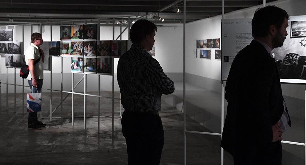 Visitori della mostra fotografica dei vincitore del concorso Stenin