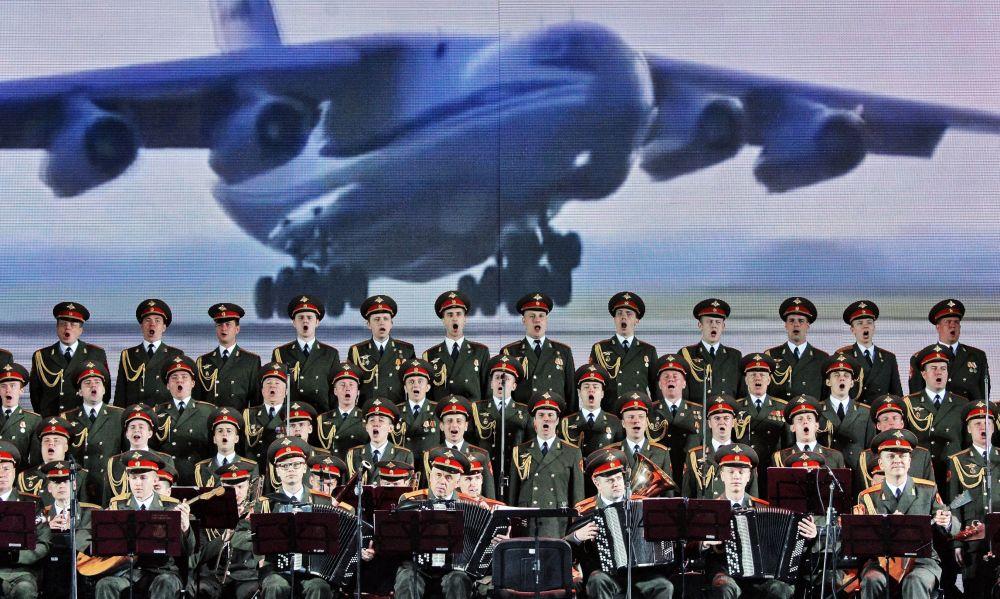 Il Complesso di Canto e Ballo dell'Esercito Russo Aleksandrov al Festival internazionale dell'arte Slavianski Bazaar nella città bielorussa di Vitebsk.