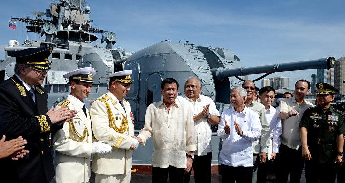 Presidente filippino Rodrigo Duterte a bordo di una nave militare russa a Manila (foto d'archivio)