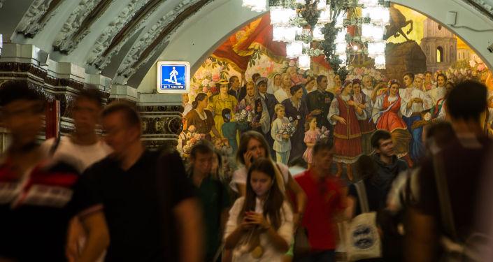 Passeggeri nella stazione Kievskaya della metropolitana di Mosca, costruita nel 1953 in occasione del terzo centenario dell'unificazione dell'Ucraina alla Russia.