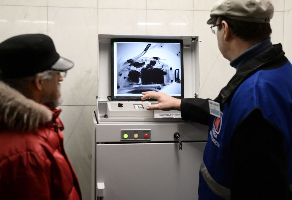 Controlli sui bagagli dei passeggeri nella metro di Mosca.