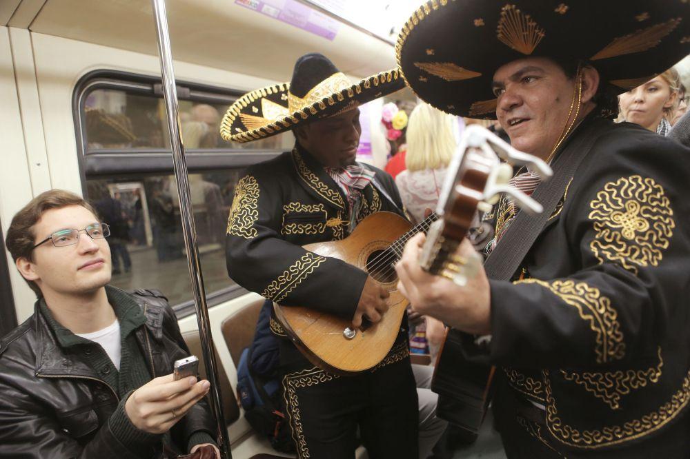 Artisti messicani decantano i versi del poeta Octavio Pas in un treno della metro di Mosca.