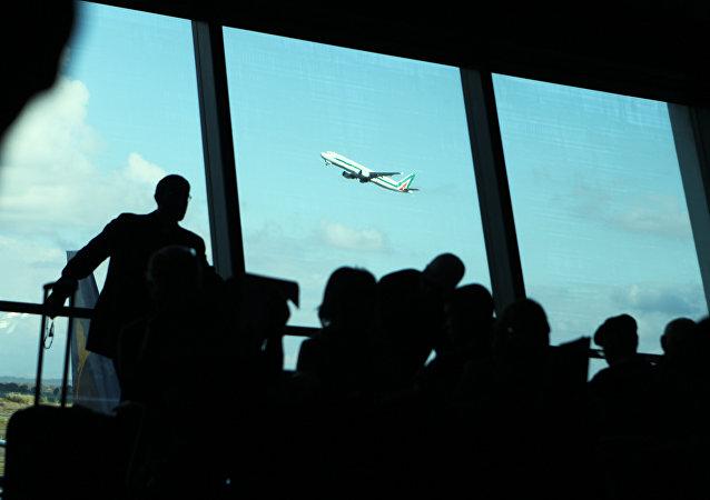 Aereo Alitalia in decollo dall'Aeroporto Leonardo da Vinci di Roma.