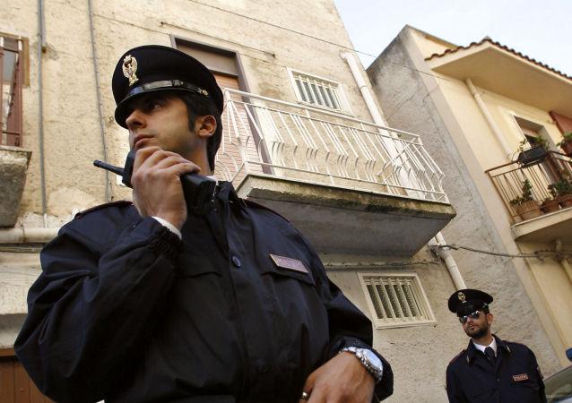 Un poliziotto durante un'operazione antimafia