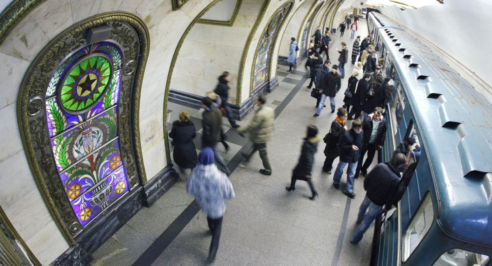 La stazione della metropolitana Novoslobdskaya, Mosca.