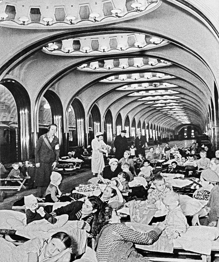 Civili trovano rifugio nella stazione della metropolitana Mayakovskaya durante la Seconda Guerra Mondiale.