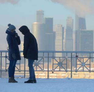Giovani su una terrazza panoramica a Mosca.